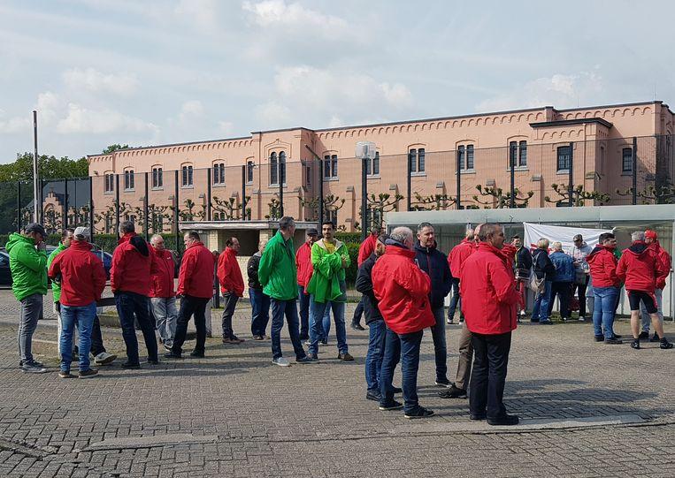 Groene en rode jassen aan de gevangenis van Merksplas.
