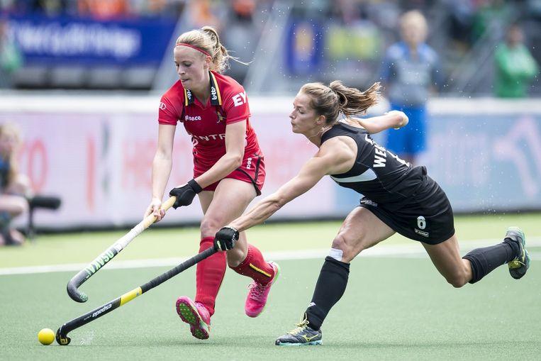 Alix Gerniers probeert de bal te ontfutselen van Petrea Webster Beeld PHOTO_NEWS