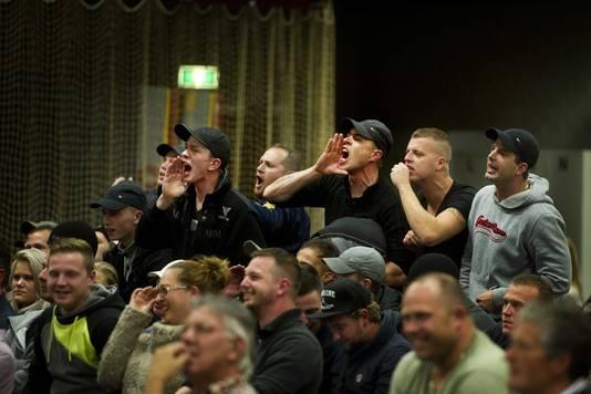 Boze buurtbewoners reageren tijdens de gemeenteraadsvergadering in Steenbergen vorige week