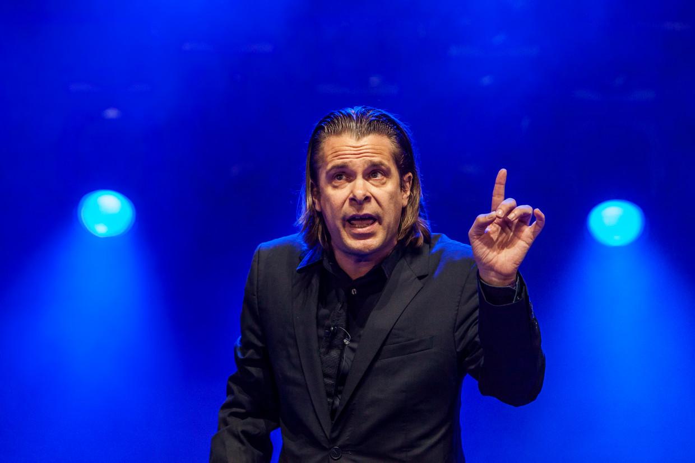 Cabaretier Hans Teeuwen in actie op het Lowlandsfestival in 2016. Beeld Hollandse Hoogte / Marcel Krijgsman Photography