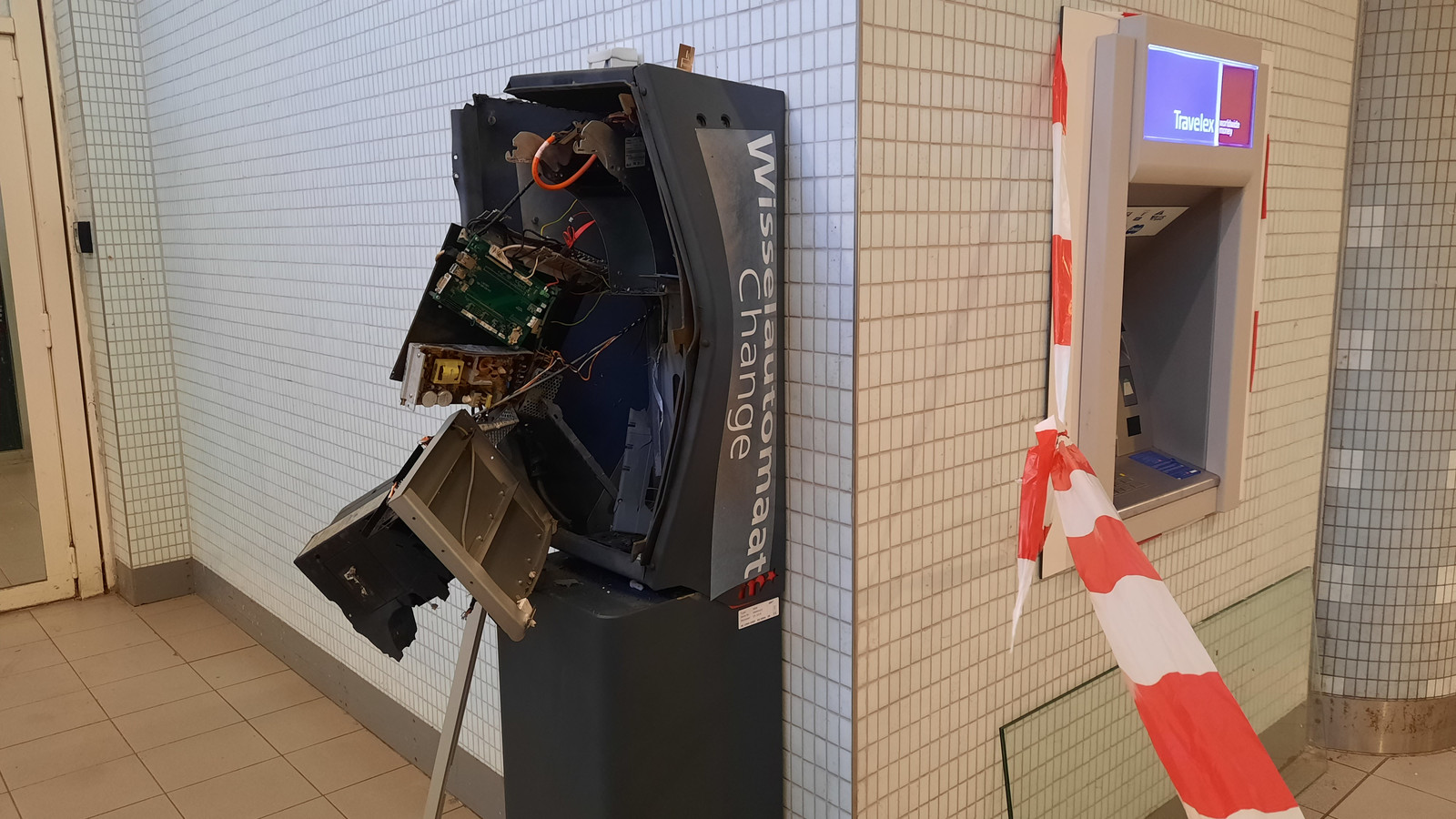 De ontplofte geldwisselautomaat.