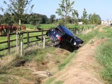 Jongeman crasht met auto vlak naast paardenwei in Nijkerk