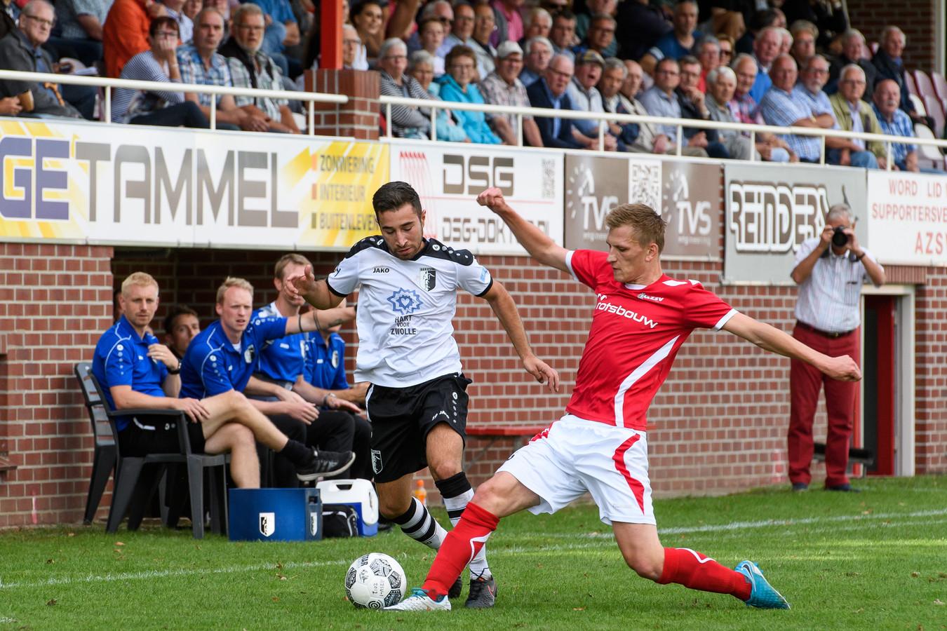 Niek te Veluwe van AZSV (rechts) scoorde twee keer tegen SDC Putten.