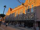 Starterswoningen vanaf 160.000 euro komen in het voormalig postkantoor, maar de koper moet wel zelf het interieur bouwen.
