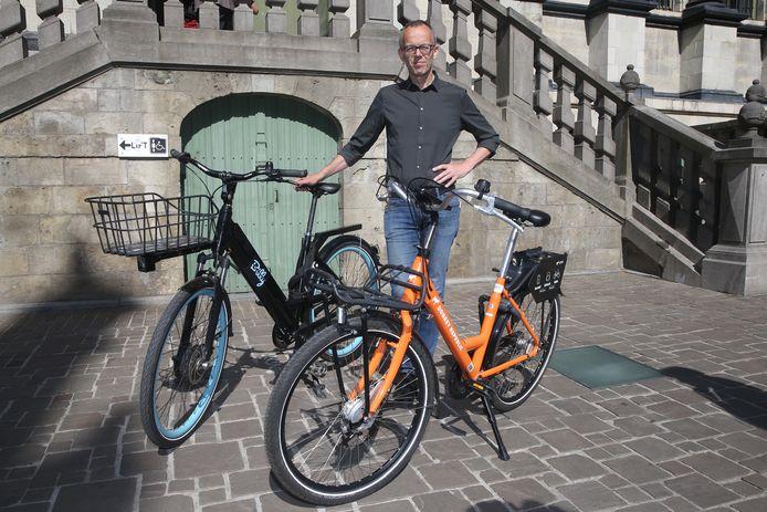 Schepen Filip Watteeuw (Groen) met de deelfietsen van Donkey Republic en Billy Bike die vanaf deze zomer beschikbaar zijn in de stad.