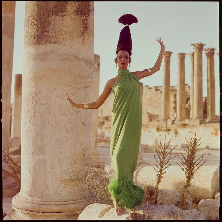 Mannequin Sveeva Vigeveno in een jurk van Pierre Cardin, Jordanië, 1965. Beeld Henry Clarke