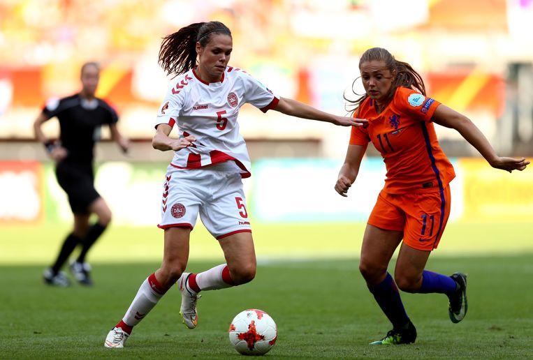 De Deense Simone Boye Sorense in duel met Lieke Martens. Beeld Getty Images