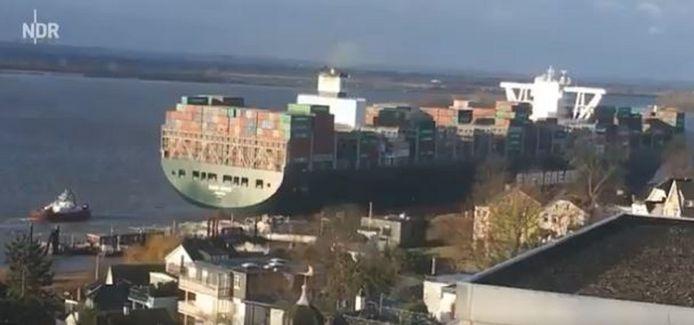 Omwonenden filmden hoe de Ever Given op 9 februari 2019 een veerboot ramde aan de steiger in Hamburg-Blankenese.