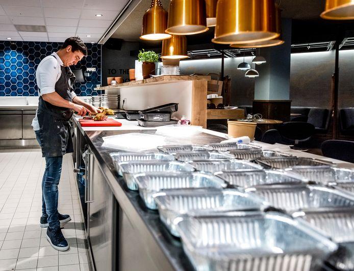 In een Amsterdams restaurant worden afhaalmaaltijden klaargemaakt.