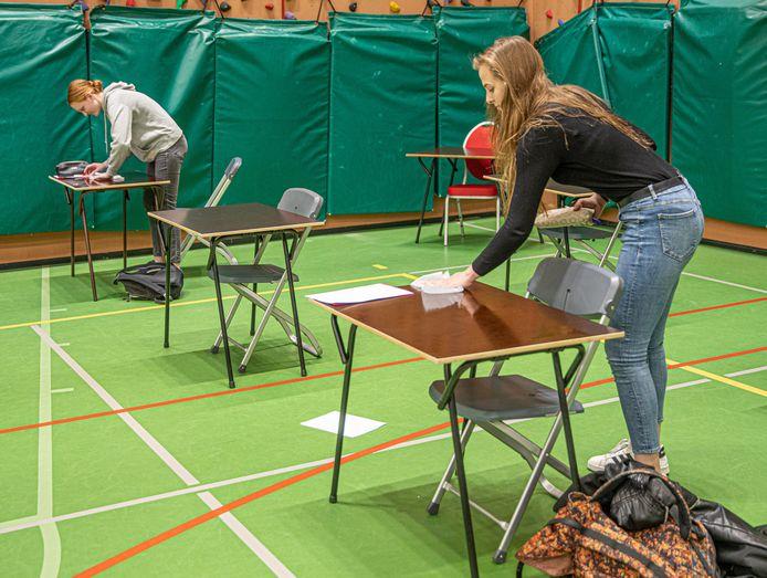 Voorafgaand aan het schoolexamen moeten leerlingen eerst hun eigen tafeltje ontsmetten.