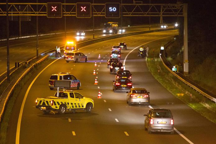 Vanwege het ongeluk waren in totaal drie rijstroken enige tijd afgesloten. De motorrijder is naar het ziekenhuis gebracht.