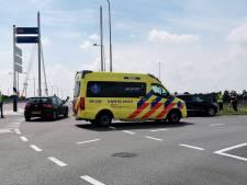 Auto en motor tikken elkaar aan bij oprijden A12 in Ede