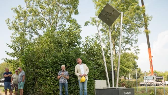 Nieuw kunstwerk voor Sportpark Den Hogen Blok na twee jaar geplaatst