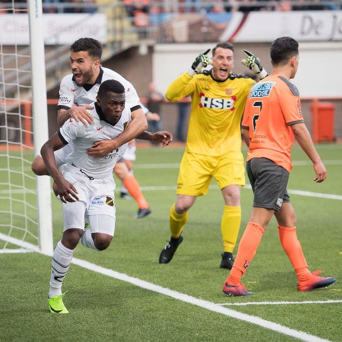 Mounir El Allouchi en  Thomas Agyepong vieren de 0-1 , FC Volendam keeper Hobie Verhulst baalt.