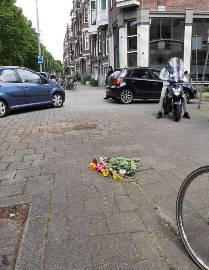Bloemen markeren de plek waar Azaim de dood vond.