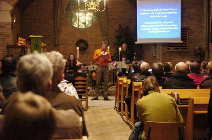 Bert Konterman heeft de toehoorders aan zijn lippen hangen in de kerk van Oudleusen. Tijdens een Come2getherdienst vertelt hij over zijn ervaringen met sport en religie. foto Bureau Uijlenbroek