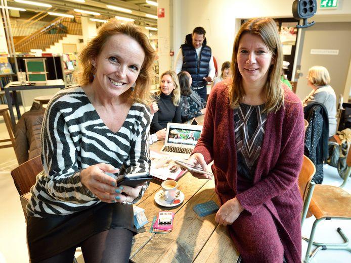 'Socialmams' Joyce Datema en Sandra van Veen (rechts) hebben zich bijgeschoold in social media en geven nu speedlessen aan ouders.