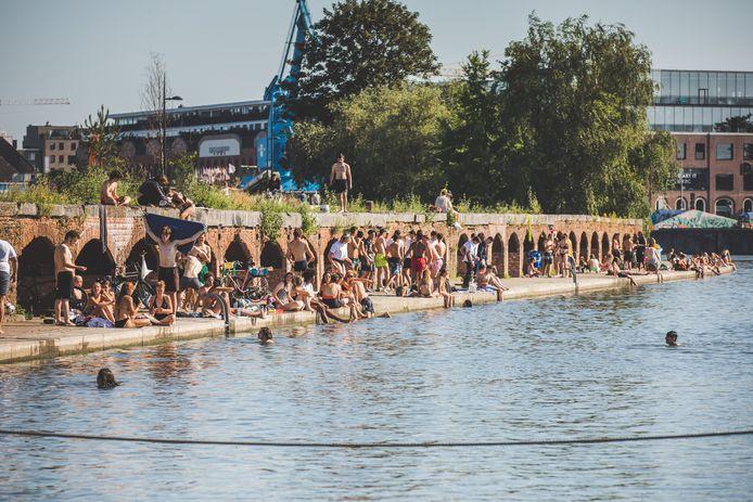 Zwemmen aan het Houtdok. Officieel mag het niet. Van 18 tot 22 augustus misschien wel...