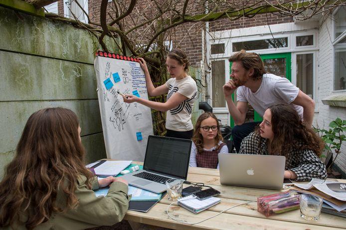 De familie Van Dam in Eindhoven, bezig met de voorbereidingen voor het tweede kinderCORONAnieuws.