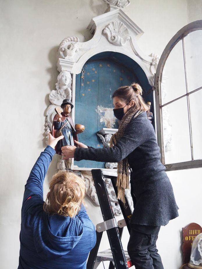 Katrien Van Den Bosch van Artecura en Nancy Van Landeghem van MUSA aan het werk in de Lazaruskapel.