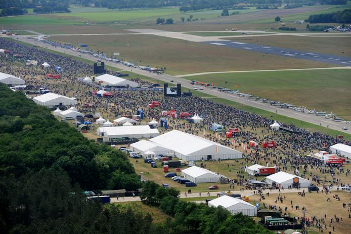 Drukte tijdens de Luchtmachtdagen op Volkel in 2013. Er kwamen toen zo'n 220.000 bezoekers. Dit keer worden er veel meer kijkers verwacht.