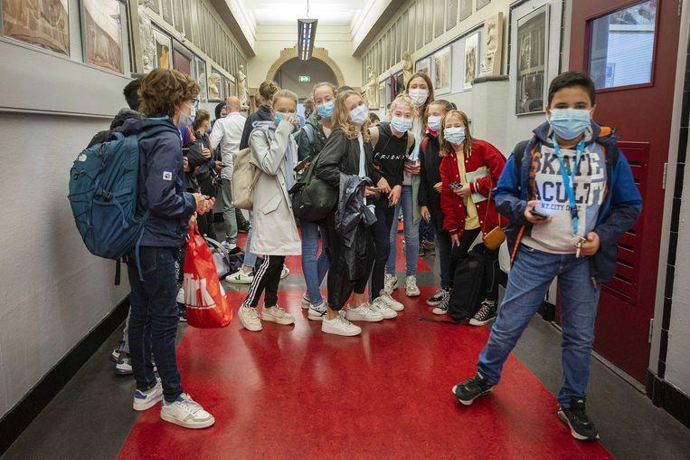 Leerlingen van het Amsterdams Lyceum dragen een mondkapje tijdens de inloop van de les.  Beeld ANP/Evert Elzinga