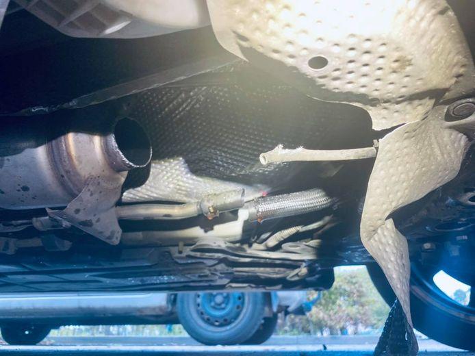 Zo treffen gedupeerden hun auto 's ochtends aan: een deel van de uitlaat er tussenuit gezaagd.