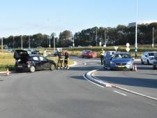 Auto slaat over kop na botsing op rotonde Nieuwerbrug