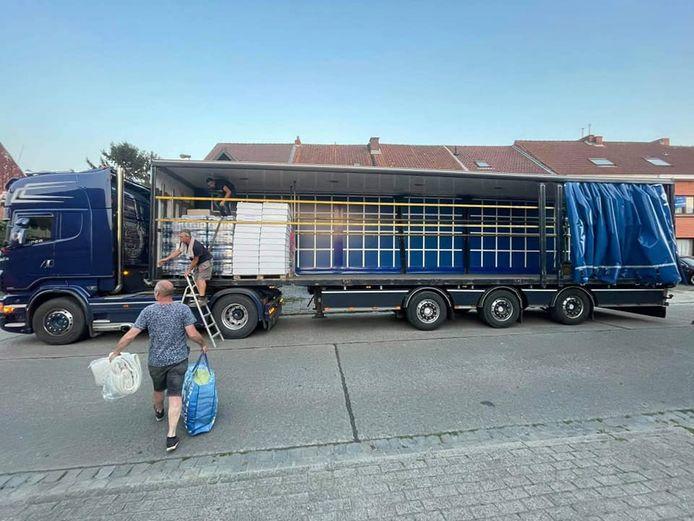 Aan café @De Parking in de Botermelkstraat werd deze vrachtwagen gevuld met voedingsmiddelen en drank.