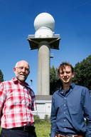 De nieuwe neerslagradar van het KNMI¿in De Bilt, bovenop de oude toren van de Luchtverkeersleiding Nederland. Radarexpert Hidde Leijnse en Kees Lemcke, senior projectleider (rechts), staan trots voor de nieuwste aanwinst.