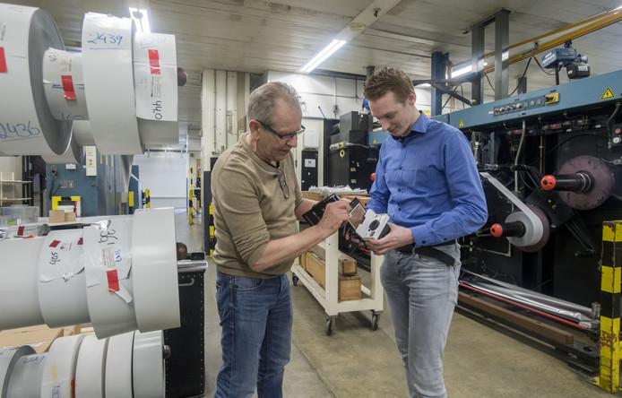 Gerard Kamphuis (links) en Jeroen Germanus bij een film productie machine.