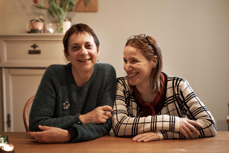 Sophie Pirson (l) en Fatima Ezzarhouni: 'We konden meteen over alles praten, zonder taboe, alsof we elkaar al twintig jaar kenden.' Beeld Joris Casaer