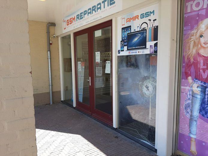 GSM Reparatie in Bemmel nadat de ruit vannacht is vernield met vuurwerk.