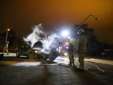 Auto knalt tegen lantaarnpaal en vliegt in brand
