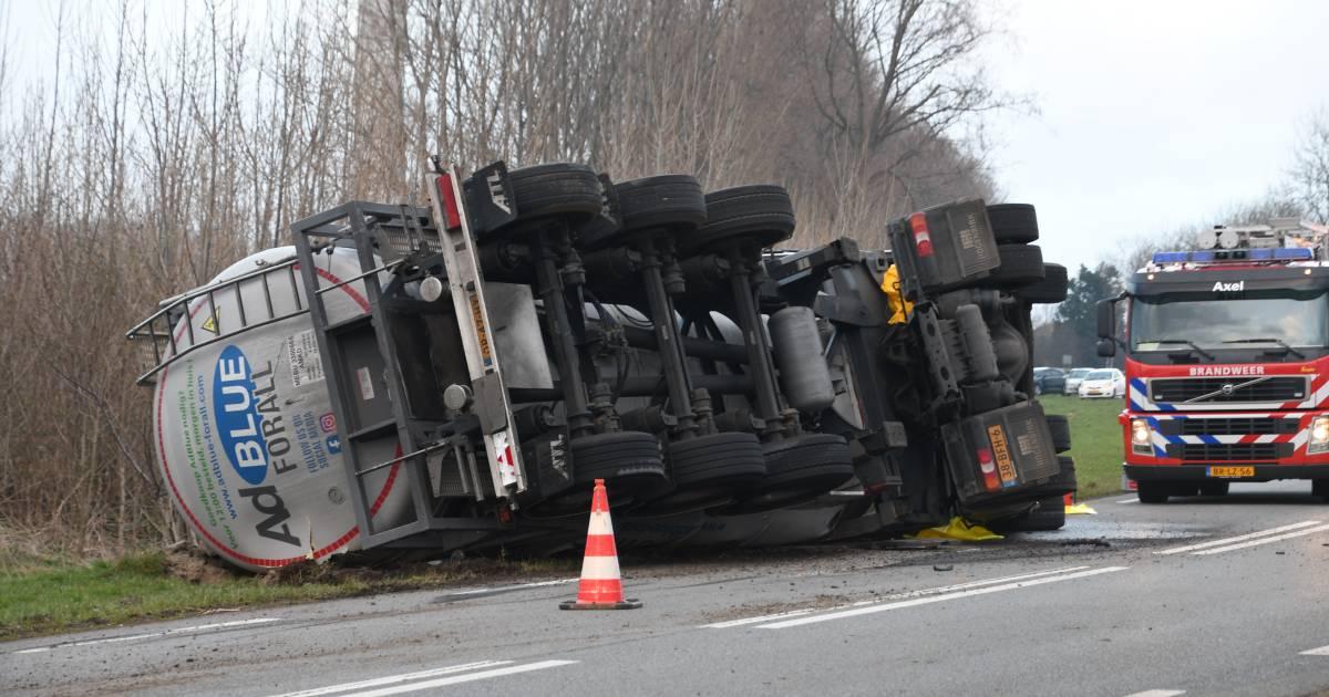 Vrachtwagen gekanteld in Sluiskil, chauffeur gewond.