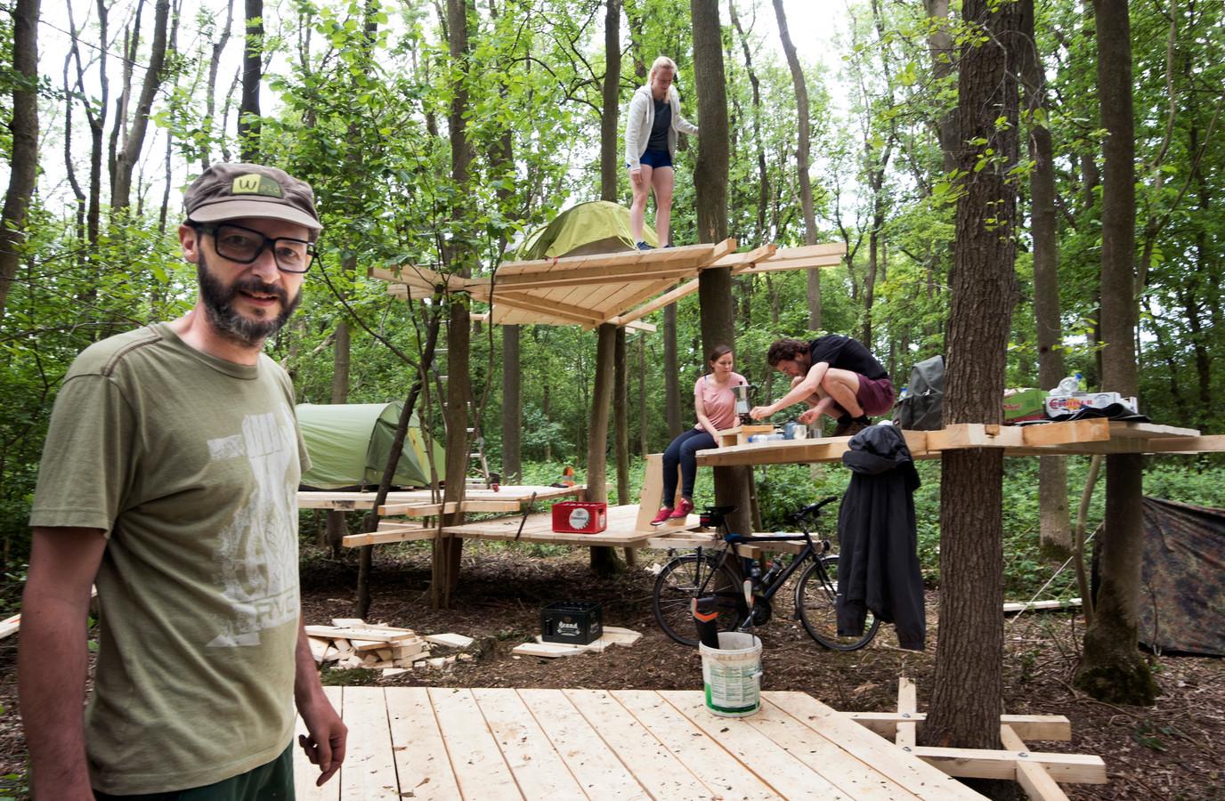 Kunstenaar Laurent Tixador bij zijn duurzame boomtoren op de Uithof, nabij de Botanische Tuinen.