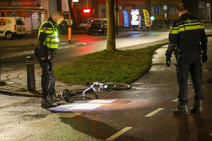 Na een aanrijding met een fietser is de bestuurder van een auto op de vlucht geslagen.