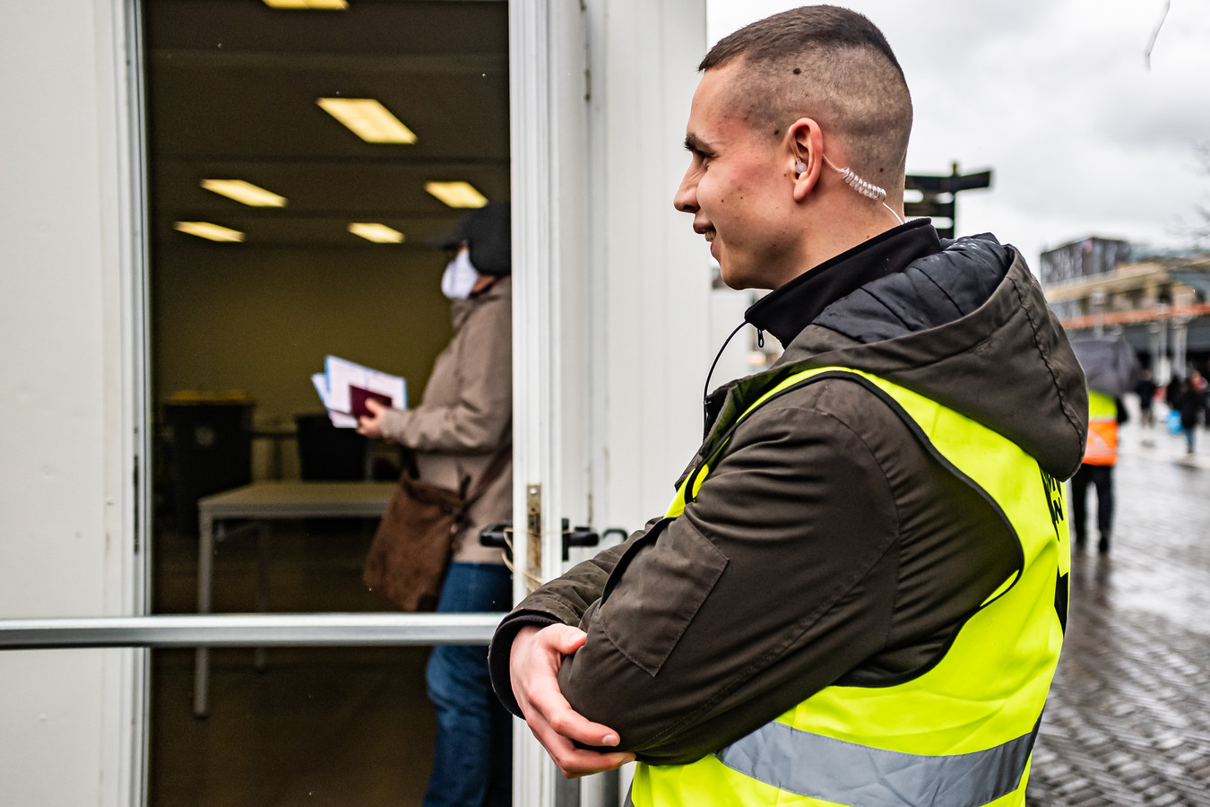 Studenten van een beveiligersopleiding aan het werk voor een stembureau in Leiden.