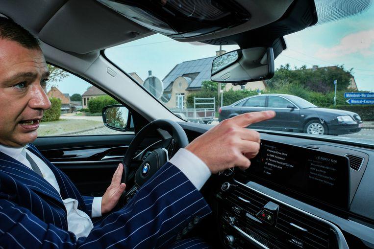 Burgemeester Peter Reekmans (Dorpspartij) wijst naar een kruispunt waar de voorrang van rechts zal verdwijnen. Beeld Tim Dirven