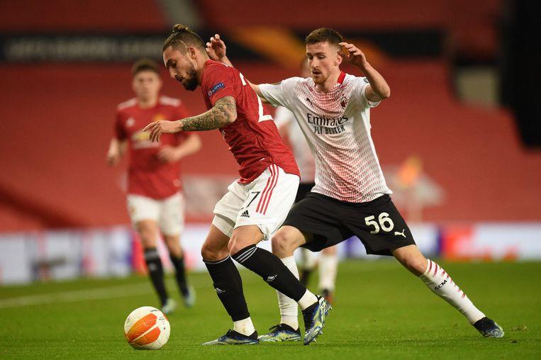 Manchester United-verdediger Alex Telles (l.) schermt de bal af voor de jagende Alexis Saelemaekers van Milan. Beeld AFP