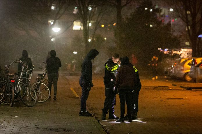 Politie controleert jongens die hulpverleners in Ede met vuurwerk bekogelden.
