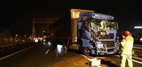 Geschaarde vrachtwagen zorgt voor vertraging op A28 bij Zwolle