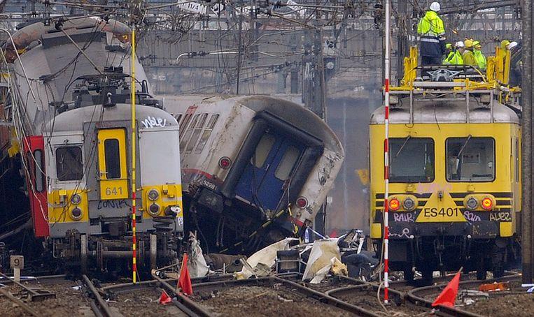 De wrakken van de twee treinen in Buizingen. 'Na de treinramp in Pécrot in 2001, waar acht doden vielen, zeiden ze dat ze het spoornet beter zouden beveiligen. Ze zouden op alle treinen automatische remsystemen installeren. Ze hebben 300 van die toestellen gekocht en ze vervolgens opgeslagen in een hangar in Mechelen.' Beeld BELGA