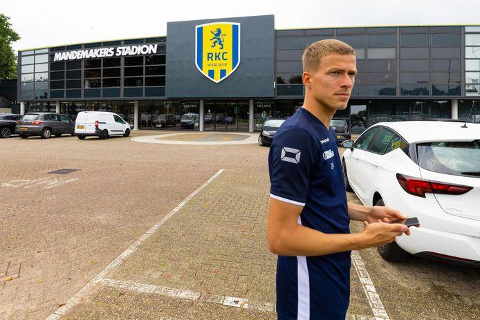 De buitenkant van het RKC Mandenmakers stadion heeft een make-over gehad. De speler op de foto is de nieuwe centrale verdediger Dario van den Buijs.