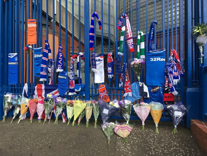 Bij het stadion van Rangers worden bloemen gelegd en sjaaltjes opgehangen voor Fernando Ricksen