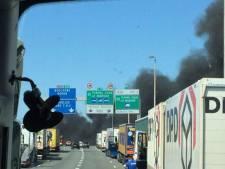 Protesterend personeel sticht brandjes in haven Calais
