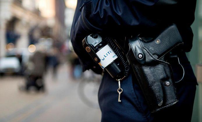 Een agent met dienstwapen (foto ter illustratie).