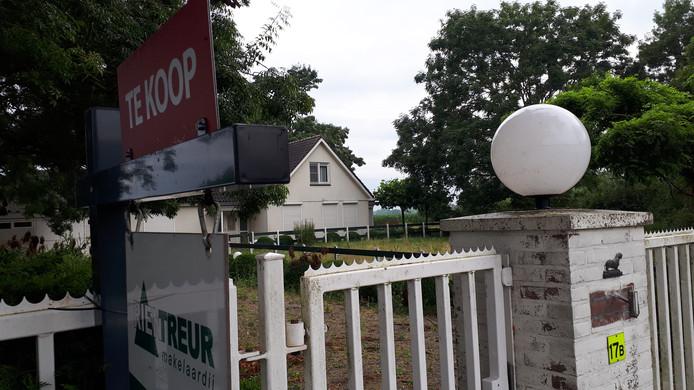De voormalige tekkelfokkerij aan Breeveld staat te koop.