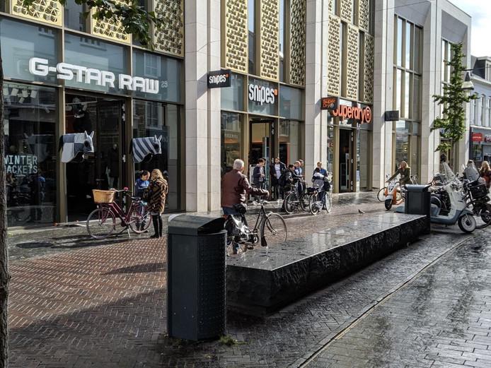 Handhavers schrijven bekeuringen uit in het centrum van Enschede
