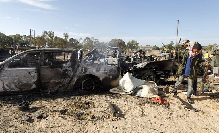 Het uitgebrande konvooi waarmee Kaddafi probeerde te ontsnappen. Beeld reuters
